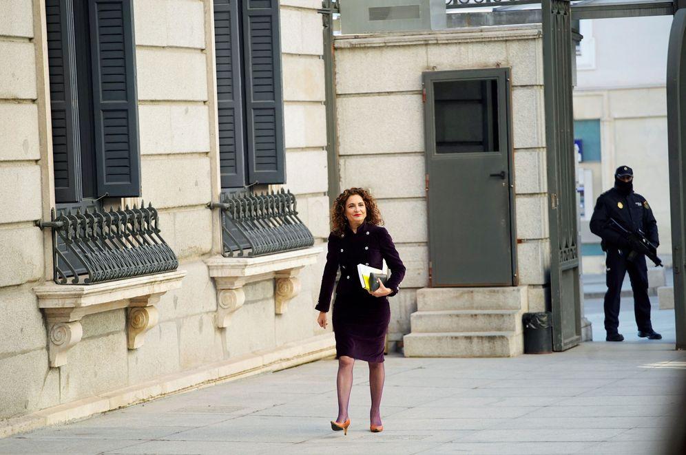 Foto: La ministra de Hacienda, María Jesús Montero, llegando este 14 de enero al Congreso para entregar los Presupuestos Generales del Estado de 2019. (Reuters)