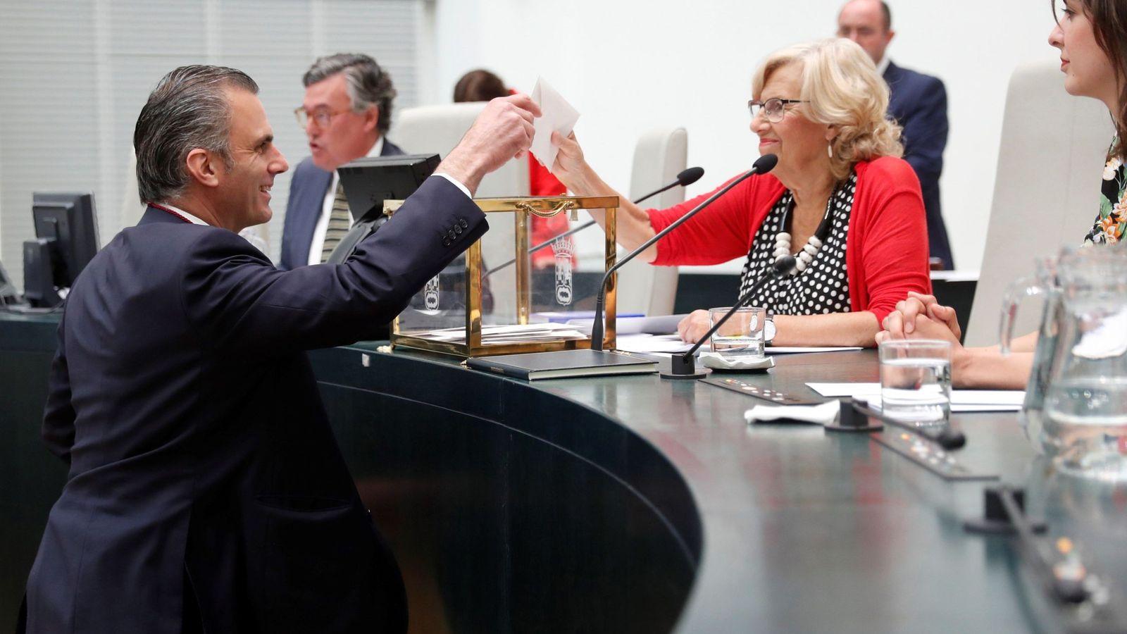 Foto: El secretario general de Vox, Javier Ortega Smith, vota durante la constitución del ayuntamiento. (EFE)