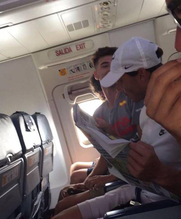 Foto: Rafa Nadal, ayer, en un avión camino a Mallorca.