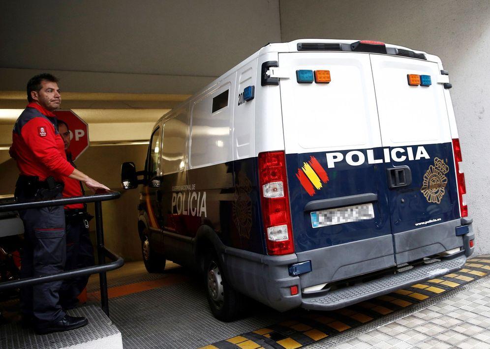 Foto: Los cinco acusados por la presunta agresión sexual grupal acceden en un furgón policial al Palacio de Justicia de Navarra en una de las sesiones del juicio. (EFE)