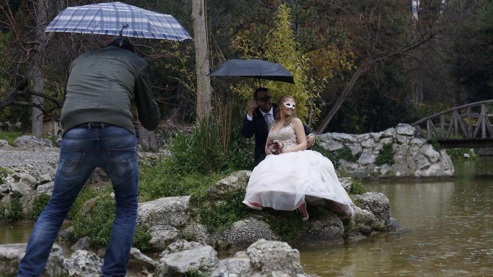 Foto: Dos recién casados, en un reportaje fotográfico. (Reuters)