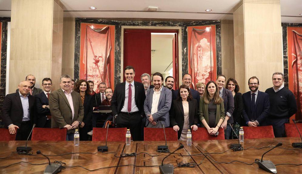 Foto: Foto de familia de Pedro Sánchez y Pablo Iglesias y sus equipos tras el cierre del Gobierno de coalición de PSOE y UP, este 30 de diciembre en el Congreso. (Inma Mesa | PSOE)
