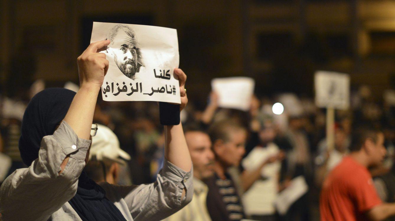 Foto: Una manifestante levanta un pancarta en la que puede leerse Todos somos Zafzafi, en alusión a Naser Zafzafi, el líder de las protestas. (EFE)