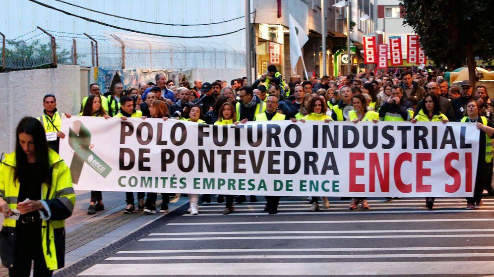 Foto: Miles de personas en una masiva manifestación en apoyo de la fábrica que Ence tiene en la ría de Pontevedra. (EFE)