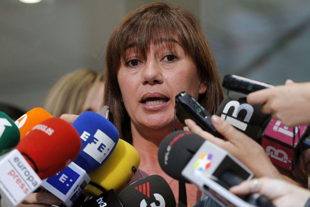 Foto: La presidenta balear, Francina Armengol, atiende a los medios de comunicación tras su reunión con Pedro Sánchez en Ferraz. (EFE)