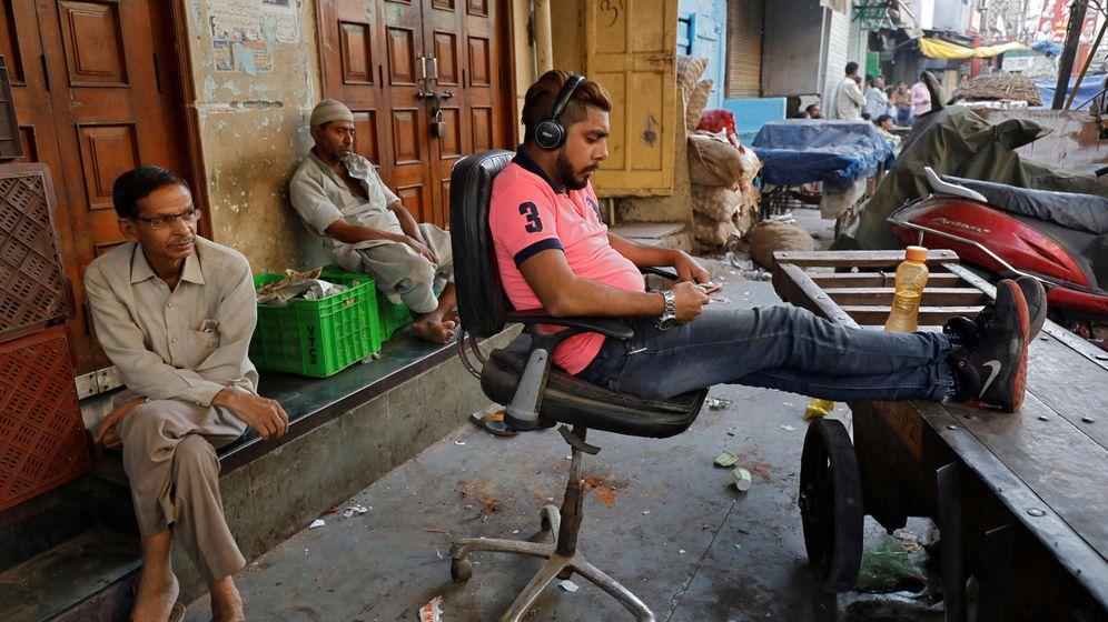 Foto: India tiene más de 1.100 millones de líneas móviles, de las que 500 millones tienen contratos de internet (Saumya Khandelwal)