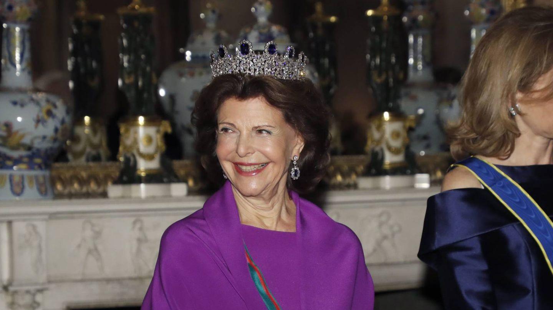 La reina Silvia, con la tiara de zafiros. (Cordon Press)