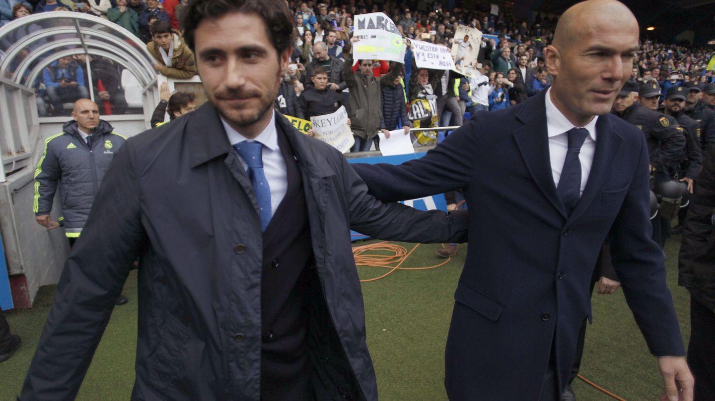 Víctor, con Zidane, antes de un partido entre el Deportivo y el Real Madrid (EFE)
