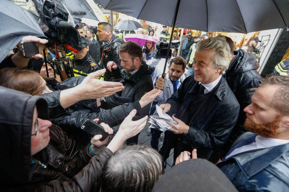 Foto: El líder del PVV, Geert Wilders, saluda a simpatizantes durante un acto de campaña en Breda, Holanda, el 8 de marzo de 2017 (Reuters).