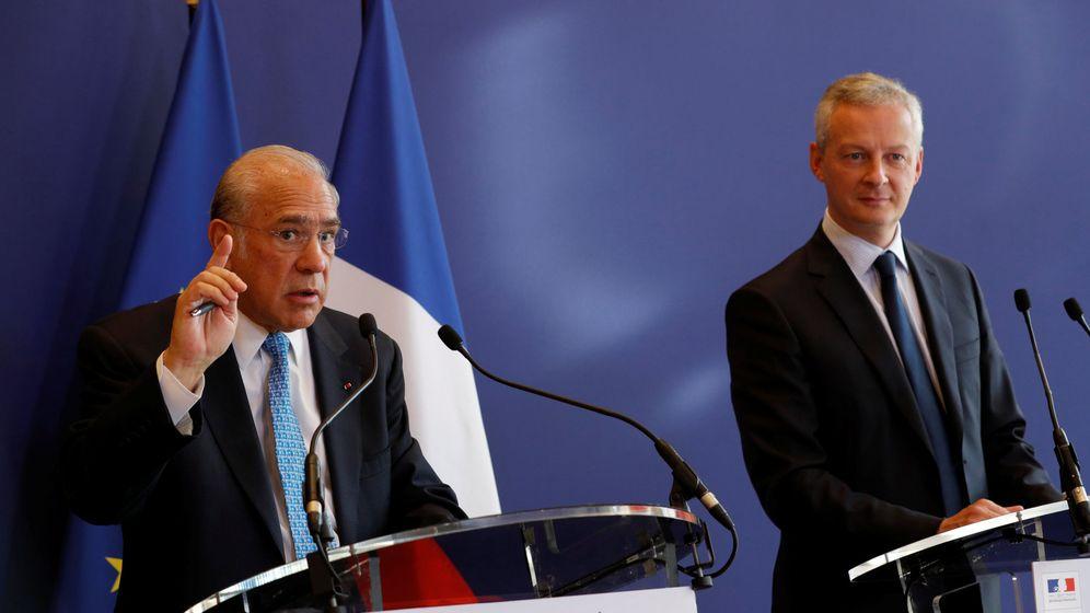 Foto: El ministro de Finanzas francés, Bruno Le Maire (derecha), y el secretario general de la OCDE, Ángel Gurría (izquierda), en una rueda de prensa en 2017. (Reuters)