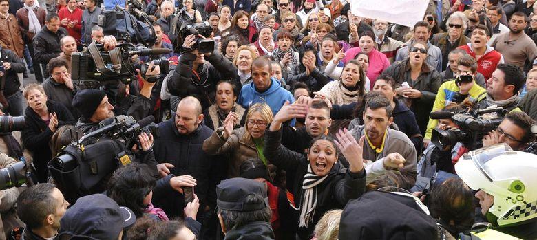 Foto: Concentración por la muerte de tres miembros de la familia de Alcalá de Guadaíra. (EFE)