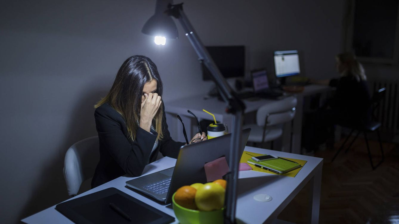 Foto: ¿Es trabajar 10 horas al día el único camino al éxito profesional? (iStock)