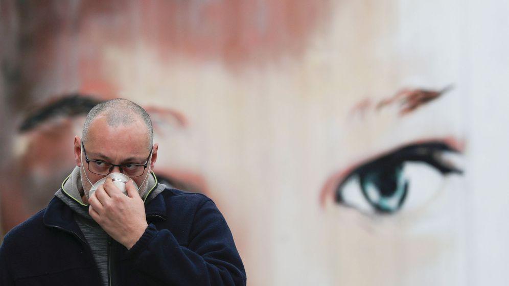 Foto: Un hombre se protege con una mascarilla en Madrid. (EFE)