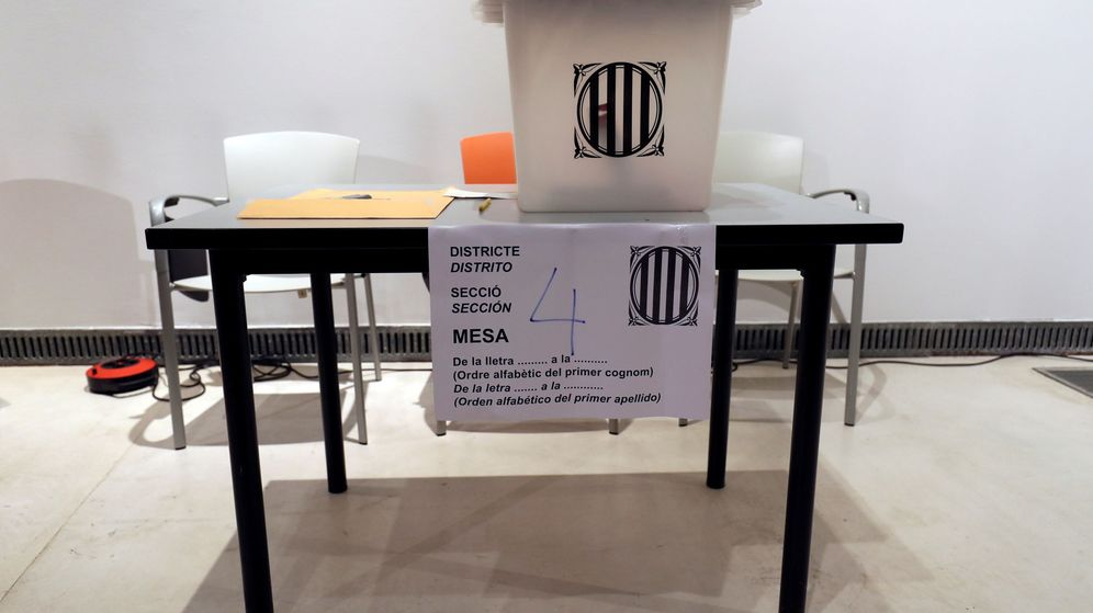 Foto: Urna en un colegio electoral de Badalona. (REUTERS)