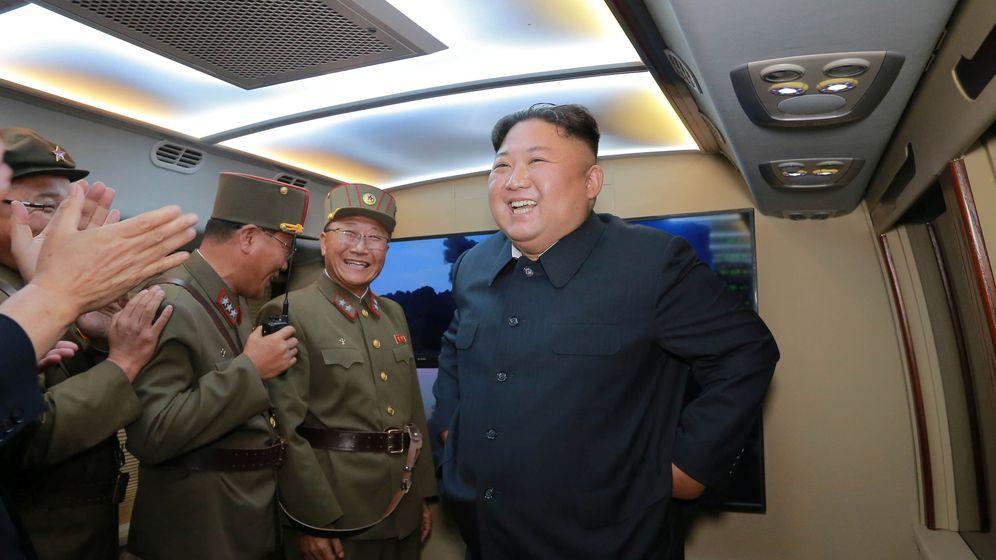 Foto: Kim Jong-un, este martes tras el lanzamiento de los misiles. (Reuters)