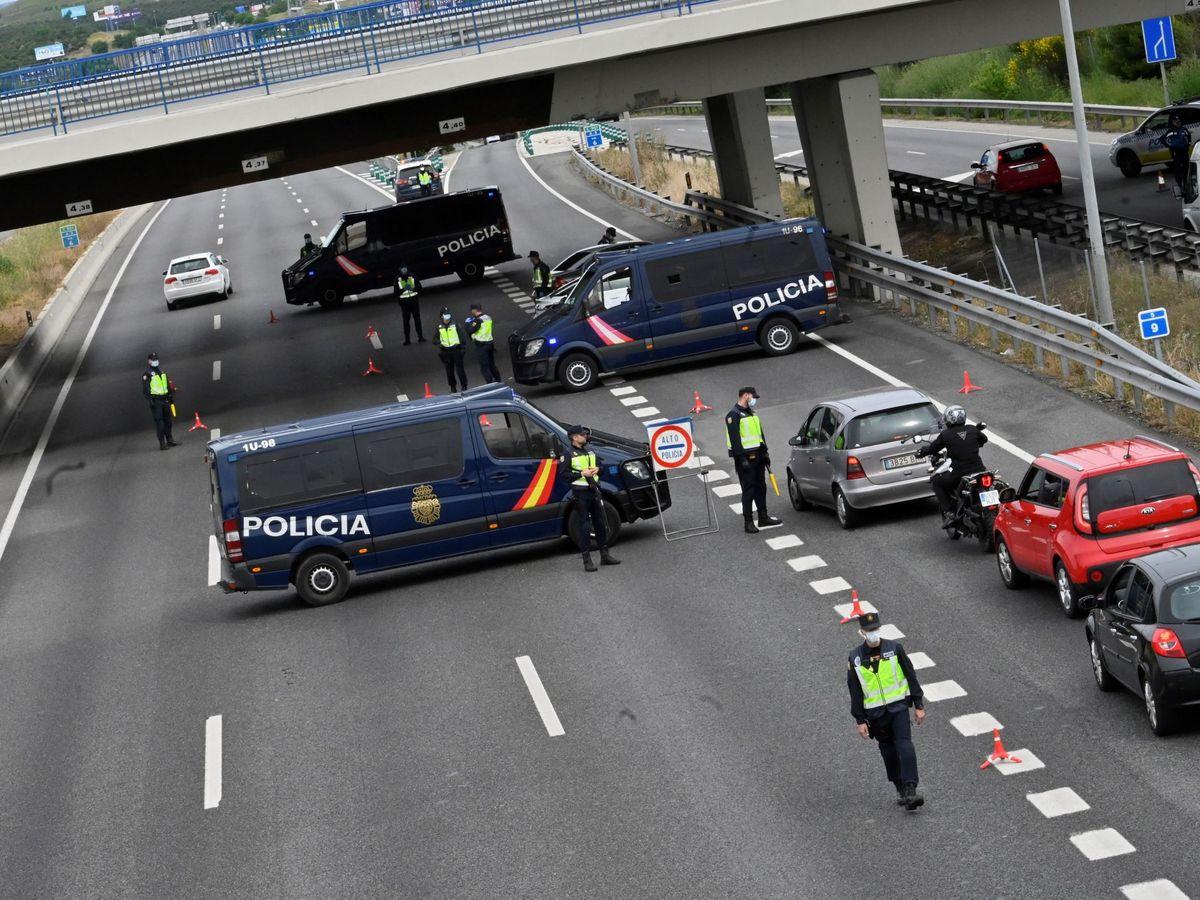 Foto: Control de la Policía a la salida de Madrid. (EFE)