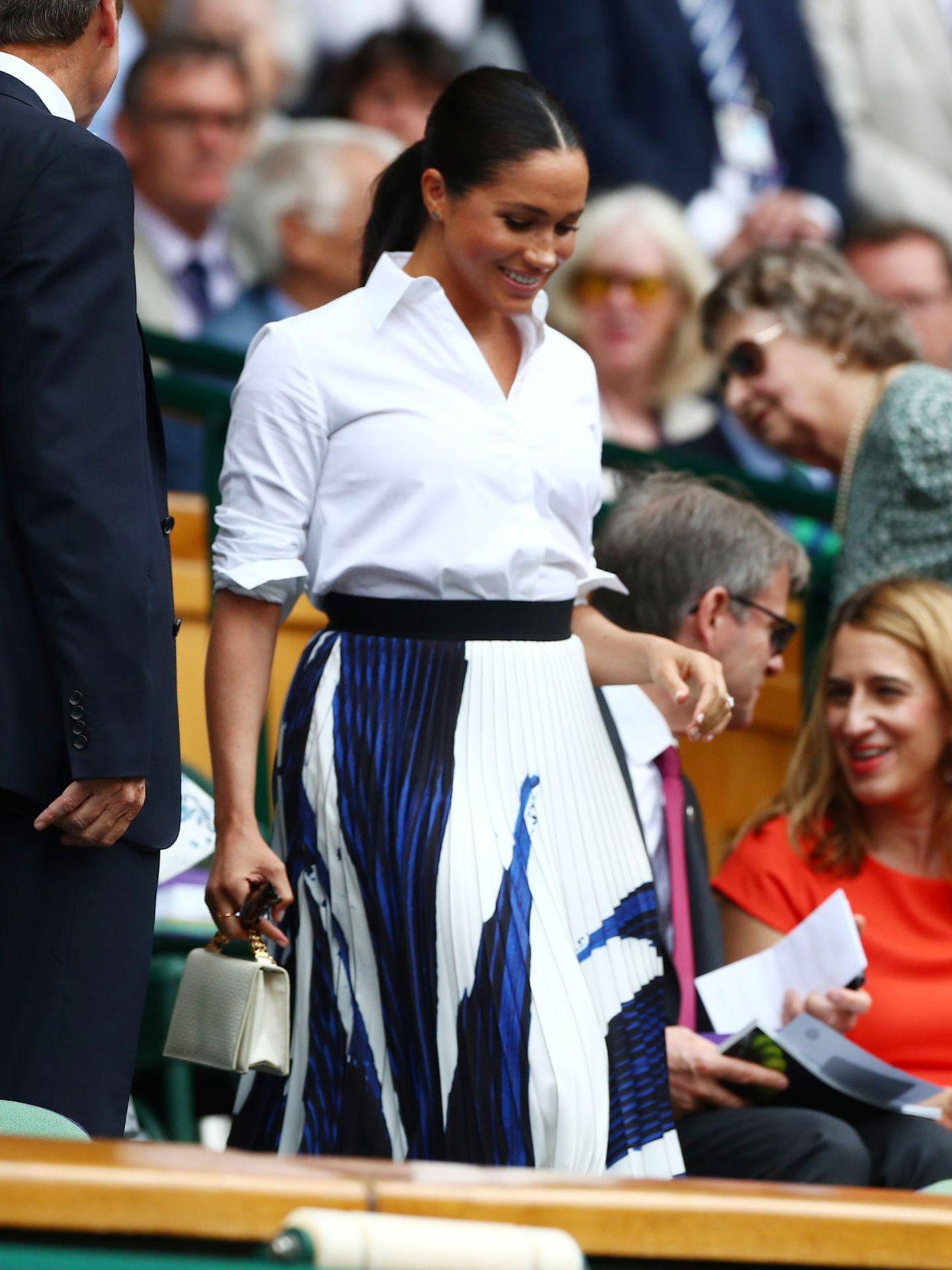 Meghan Markle, en Wimbledon con camisa blanca y falda plisada. (Getty)