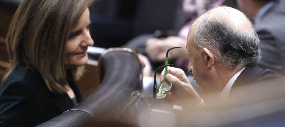 Foto: El ministro de Hacienda, Cristóbal Montoro (d), conversa con la ministra de Empleo, Fátima Báñez. (EFE)