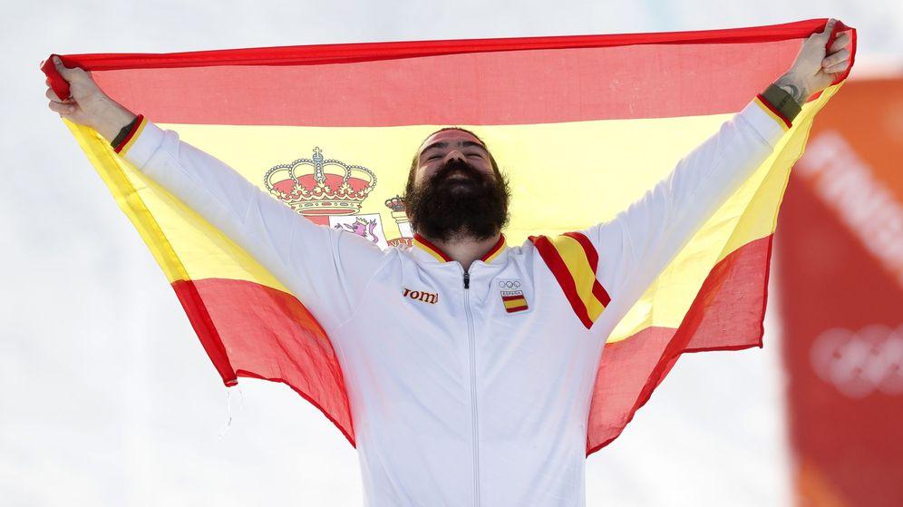 Foto: El ceutí Regino Hernández con la bandera española en Corea del Sur. (EFE)