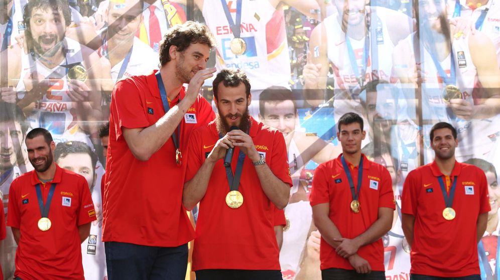 Foto: Gasol y Sergio Rodríguez, celebrando el triunfo en el Eurobasket. (Foto: Mariscal/EFE)