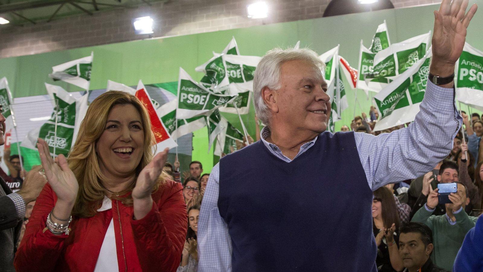 Foto: Susana Díaz y Felipe González en el cierre de la campaña de las elecciones generales en Sevilla, el pasado 18 de diciembre. (EFE)