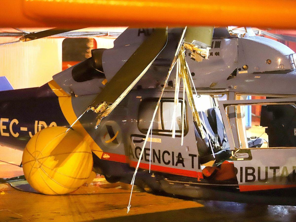 Foto: El helicóptero en el que viajaba el agente del SVA, tras ser rescatado del mar. (EFE)