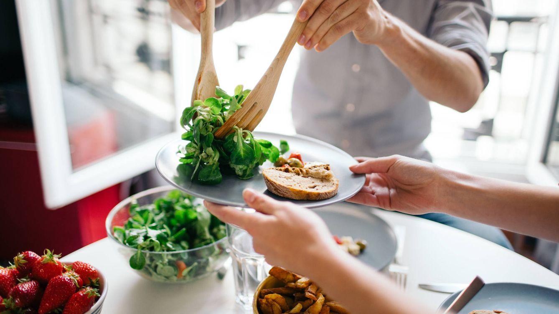 Foto: Cuidado con las verduras y el pan, te hinchan como un globo. (iStock)