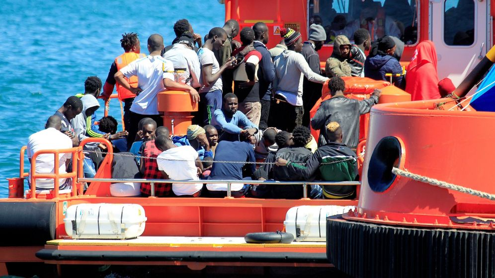 Foto: Salvamento Marítimo rescató el pasado domingo a 123 inmigrantes de doce pateras que navegaban en el Estrecho de Gibraltar. (EFE)