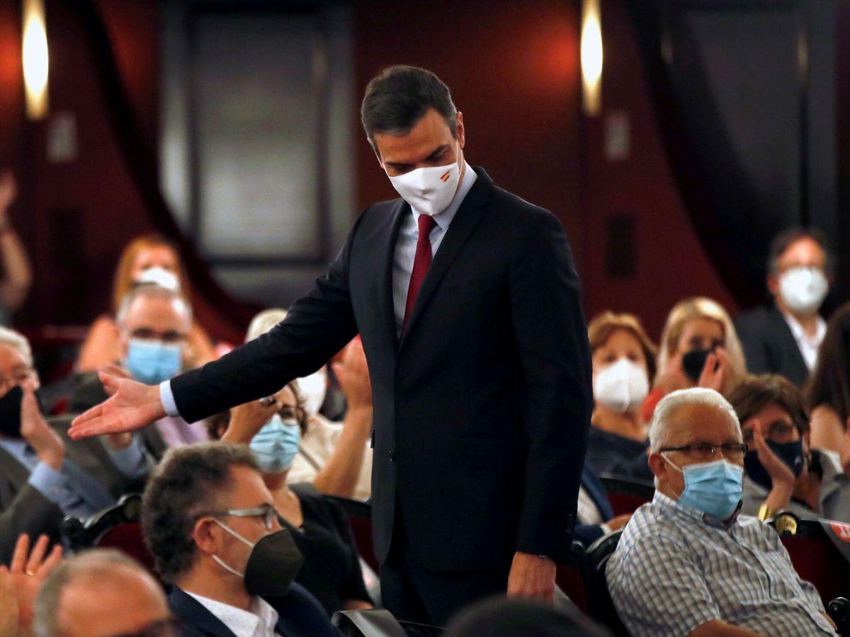 Foto: El presidente del Gobierno, Pedro Sánchez, a su salida del Teatre del Liceu de Barcelona. (EFE)