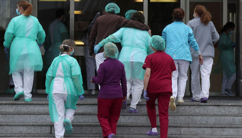 Foto: El personal sanitario del Hospital 12 de Octubre de Madrid regresa a sus labores tras el aplauso recibido como cada día a las 20:00. (EFE)