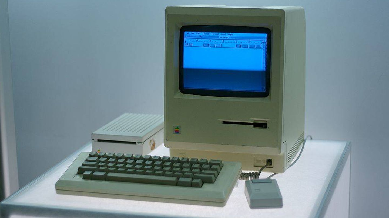 La interfaz gráfica y el ratón eran dos de los atractivos del pequeño Macintosh. (Wikimedia Commons)