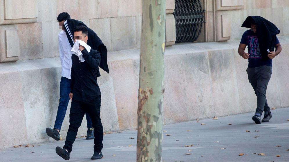 Foto: Tres de los siete acusados de la violación múltiple de una menor en Manresa (Barcelona. (Efe)