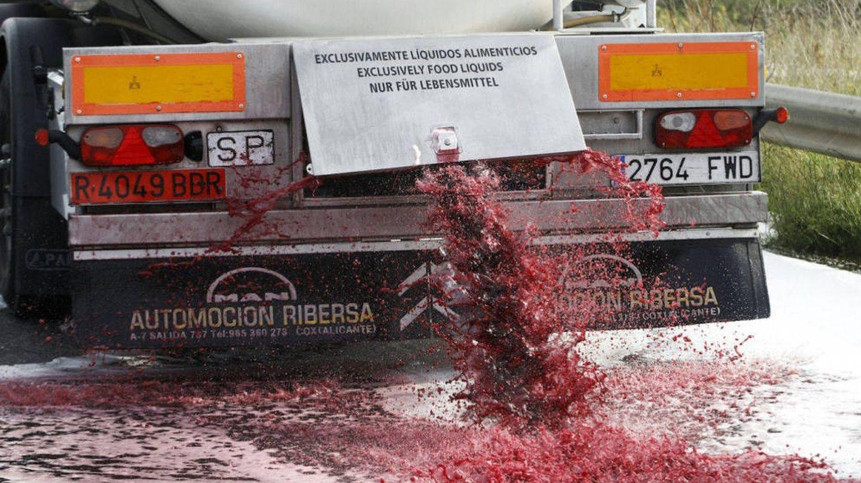 Un camión con vino español a granel atacado en Francia hace un año.