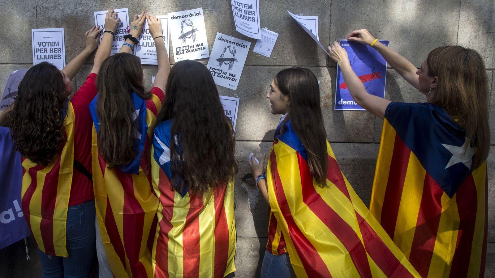 Foto: Estudiantes con esteladas en la Universidad de Barcelona. (EFE)