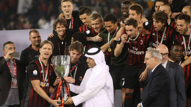 Abdallah ibn Khalifah Al-Thani entrega el trofeo de la Supercopa italiana de 2006. (Getty)