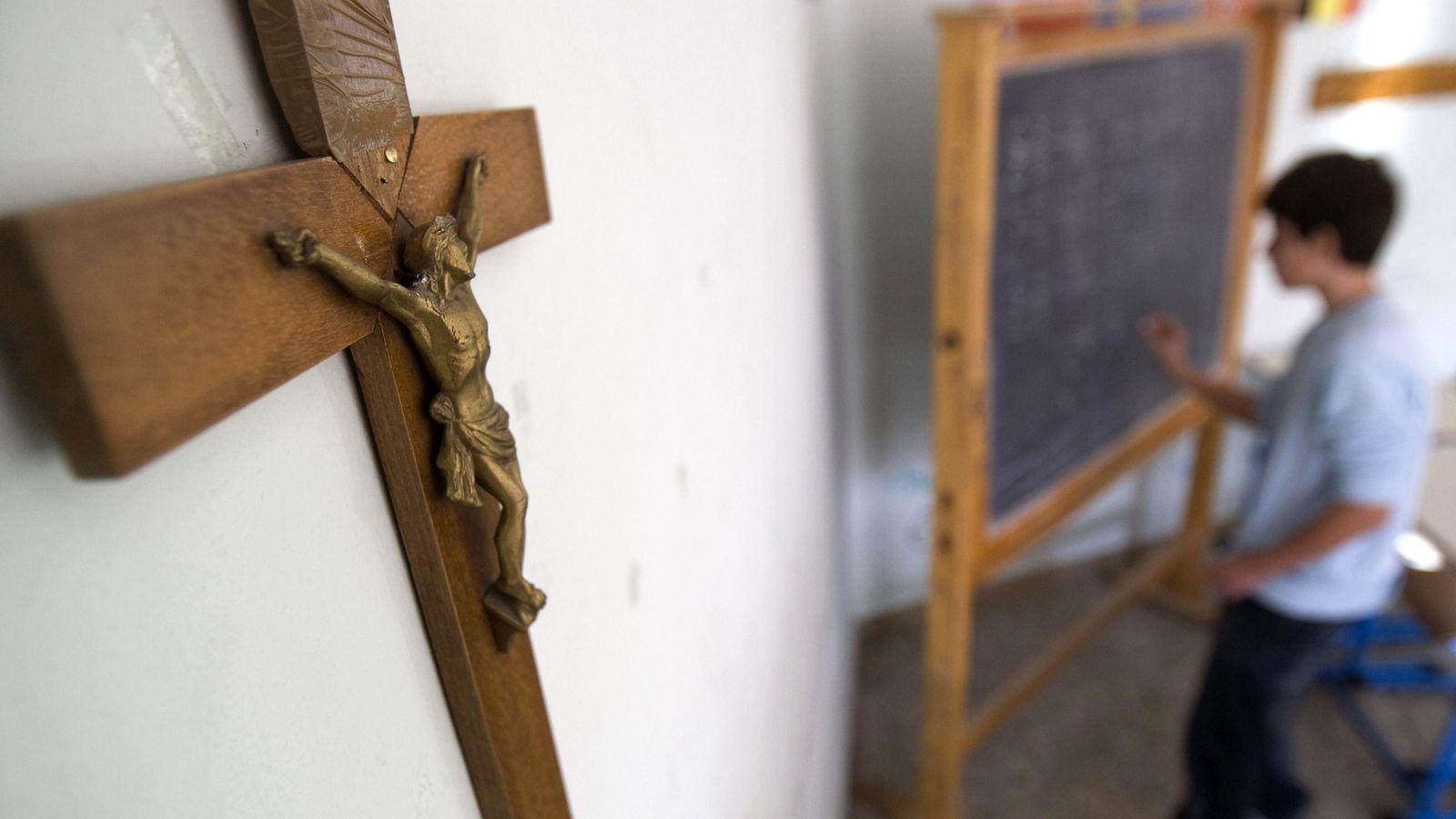Foto: Un crucifijo cuelga de la pared de un colegio romano. (Reuters/Tony Gentile)