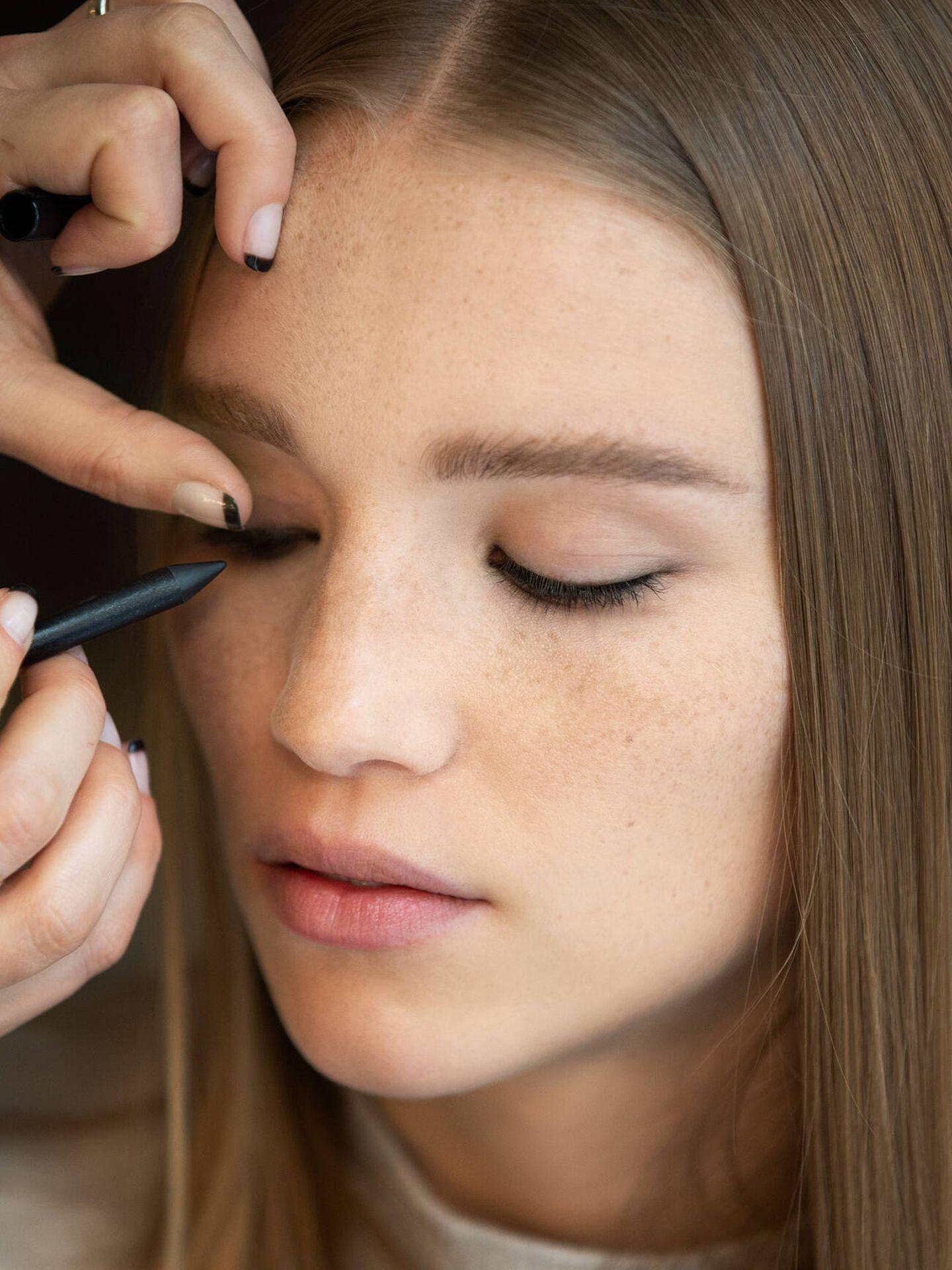 El lápiz kohl es una de las herramientas del smudge eyeliner. (Imaxtree)