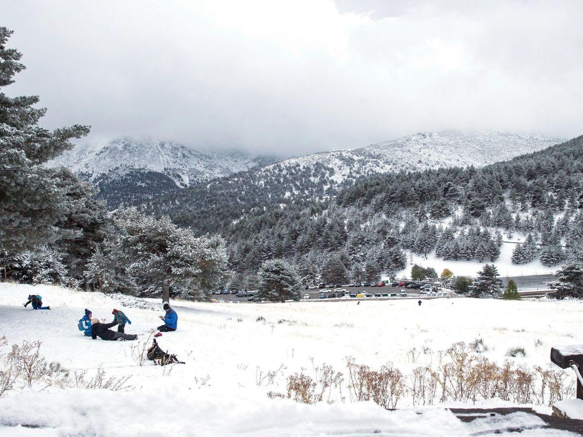 Foto: Un grupo de personas jugando en la nieve en el puerto de Cotos en 2018. (EFE)