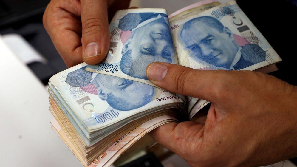 Foto: Un hombre cuenta liras turcas. (Reuters)