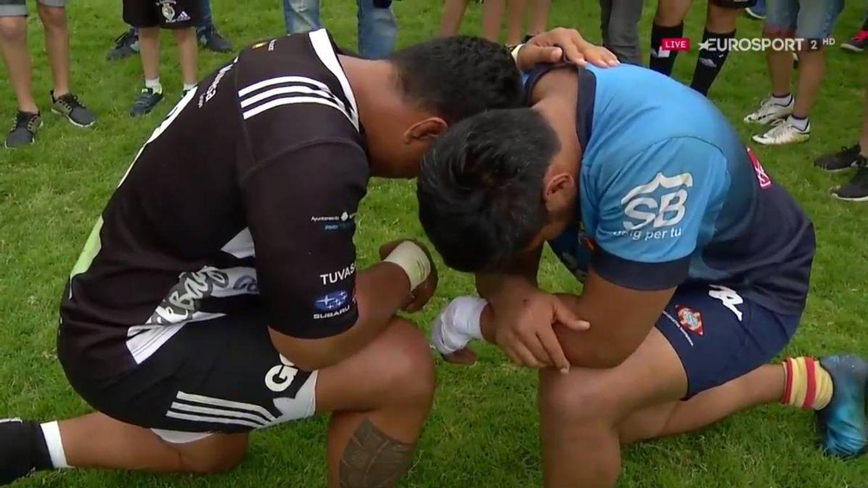El rezo entre 'enemigos' íntimos, la imagen que ha emocionado al rugby español