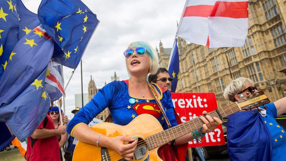 Foto: Una protesta anti-Brexit frente al Palacio de Westminster, en Londres. (EFE)