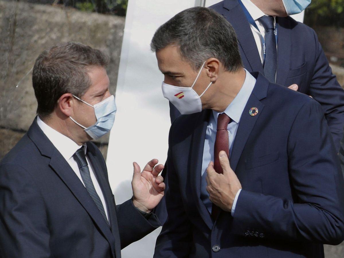 Foto: El presidente del Gobierno, Pedro Sánchez (d), conversa con el presidente de Castilla-La Mancha, Emiliano García-Page (i). (EFE)
