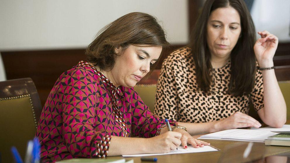 Soraya Sáenz de Santamaría y su vestido de rombos, objeto de chanzas en las redes sociales
