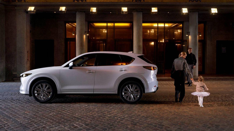 El Mazda CX-5 es un SUV de 4,55 metros disponible con cuatro motores, dos de gasolina y dos diésel. Y puede elegirse entre tracción delantera o versiones de tracción total.