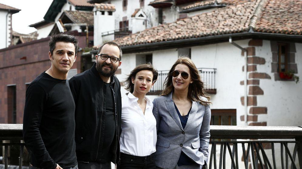 Foto: El director del largometraje de 'El Guardián Invisible', Fernando González (2i), acompañado por la escritora de la trilogía del Baztán, Dolores Redondo(d), la actriz Marta Etura (2d), y el actor Carlos Librado. (EFE)