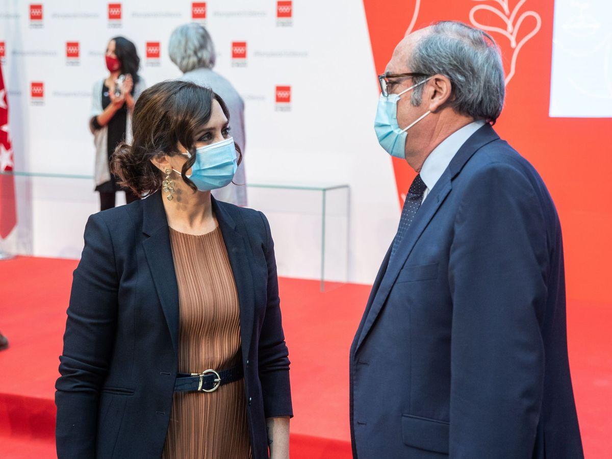 Foto: La presidenta de la Comunidad de Madrid, Isabel Díaz Ayuso, conversa con el portavoz del PSOE, Ángel Gabilondo. (EFE)