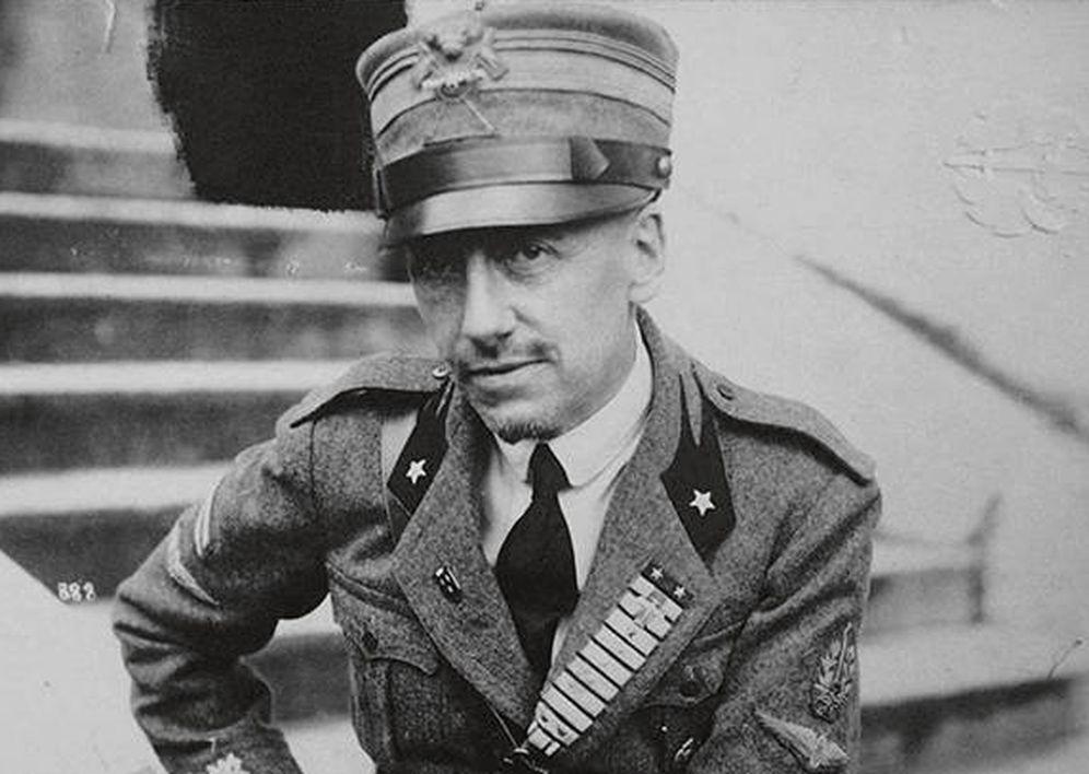 Foto: Gabrielle d'Annunzio con uniforme de soldado