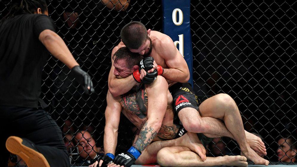 Foto: Nurmagomedov, aplicando su maniobra de bloqueo sobre McGregor (Stephen R. Sylvanie-USA TODAY Sports)