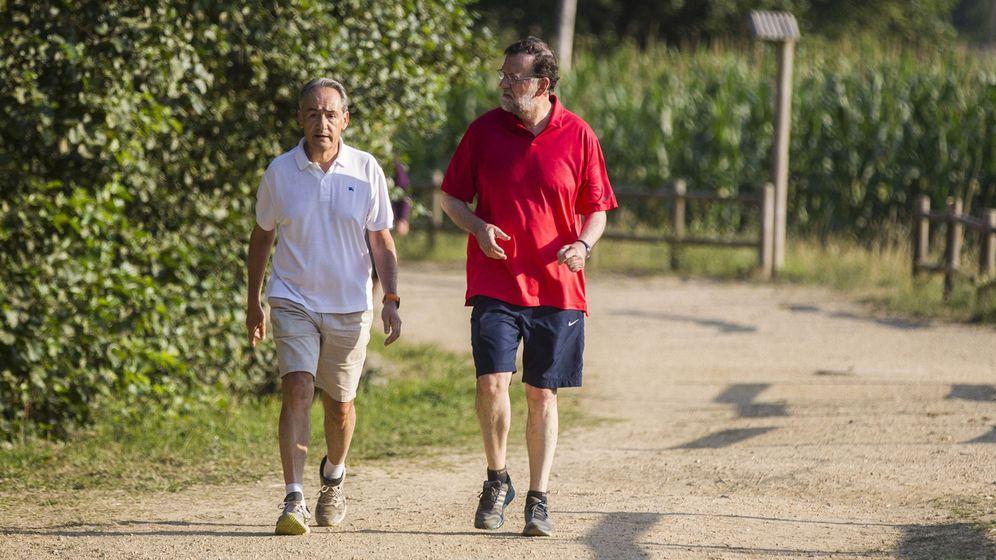 Foto: Mariano Rajoy, acompañado de José Benito Suárez, presidente de la Autoridad Portuaria de Marín y marido de la presidenta del Congreso, Ana Pastor. (EFE)