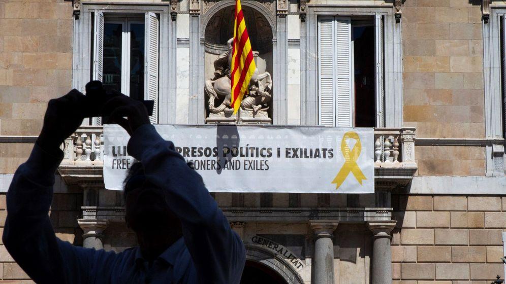 Foto: Torra vuelve a colgar la pancarta de los presos políticos en la Generalitat. (EFE)